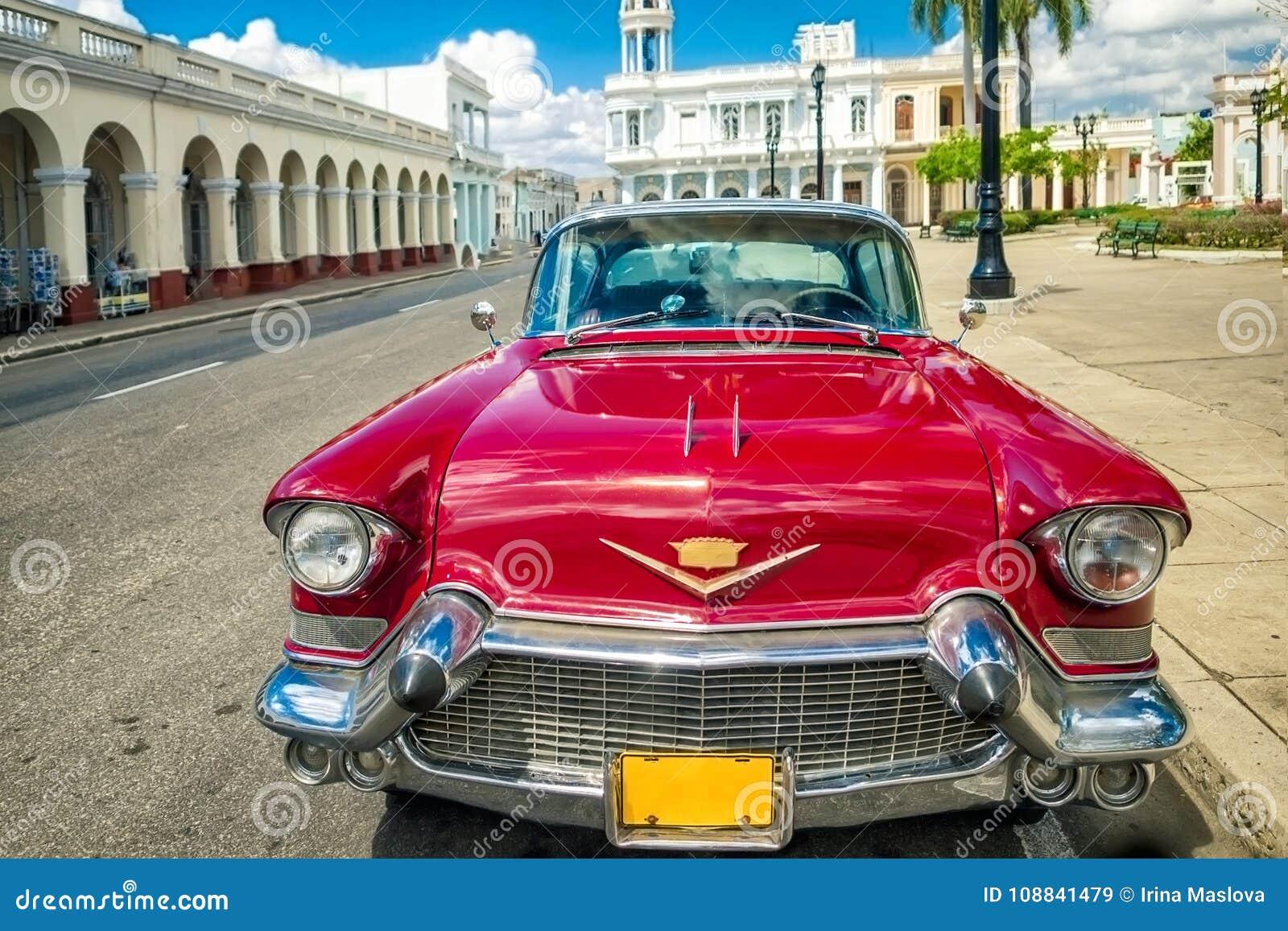 Cienfuegos, KUBA - 22 MARZEC 2012: Czerwony Stary retro samochód na autentycznych ulicach Kuba Cienfuegos