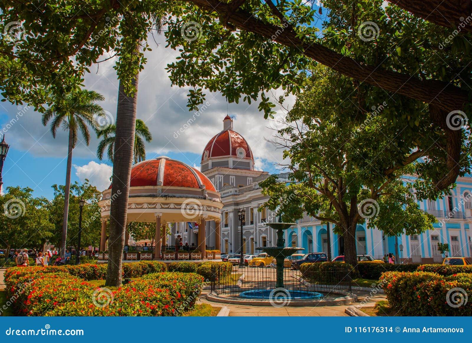 CIENFUEGOS KUBA: Sikt av den Parque Jose Marti fyrkanten i Cienfuegos Kommunen och rotundan med en röd kupol