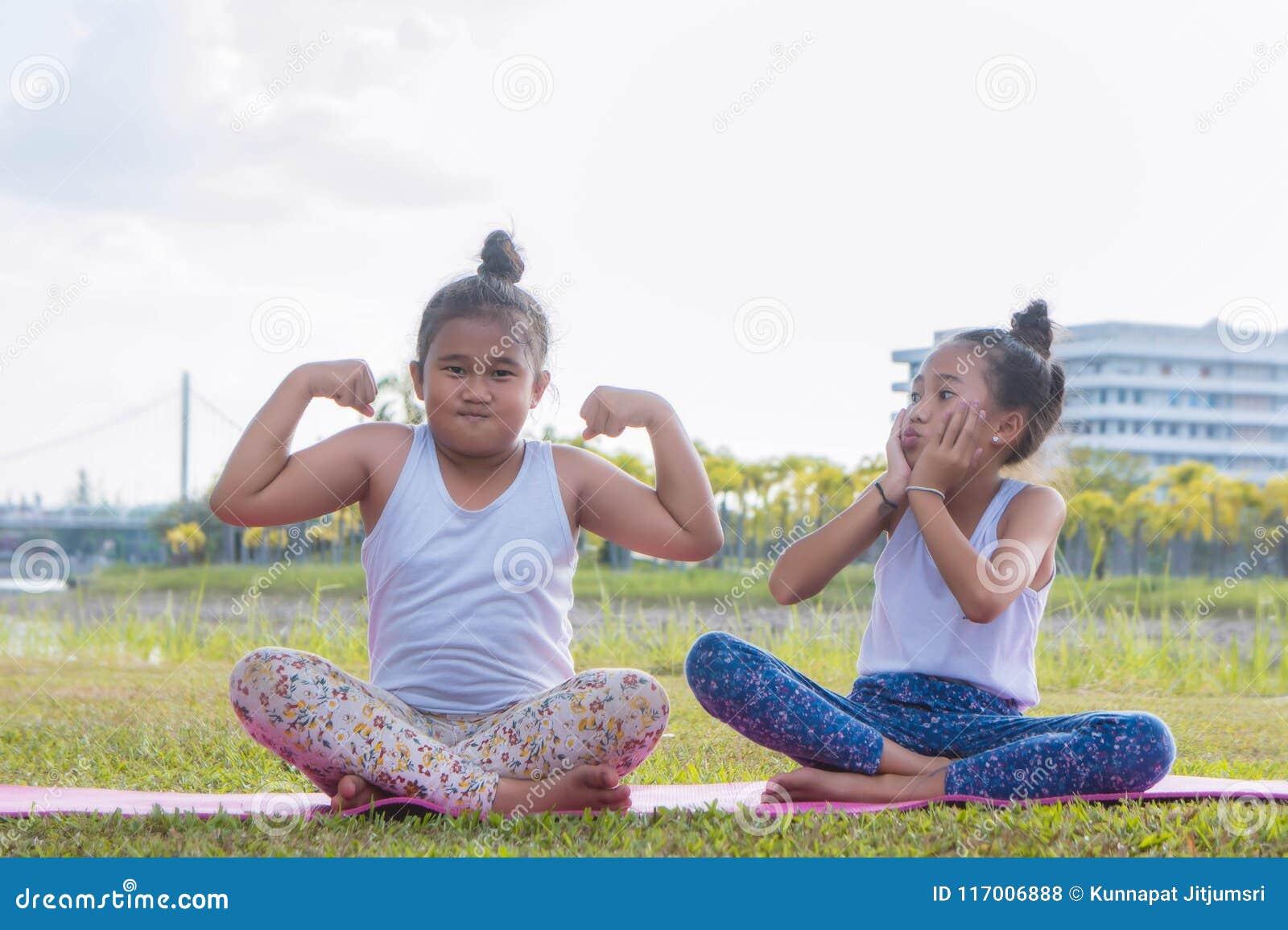 Cienki dziewczyny bawić się i zabawę w parku, dziecko