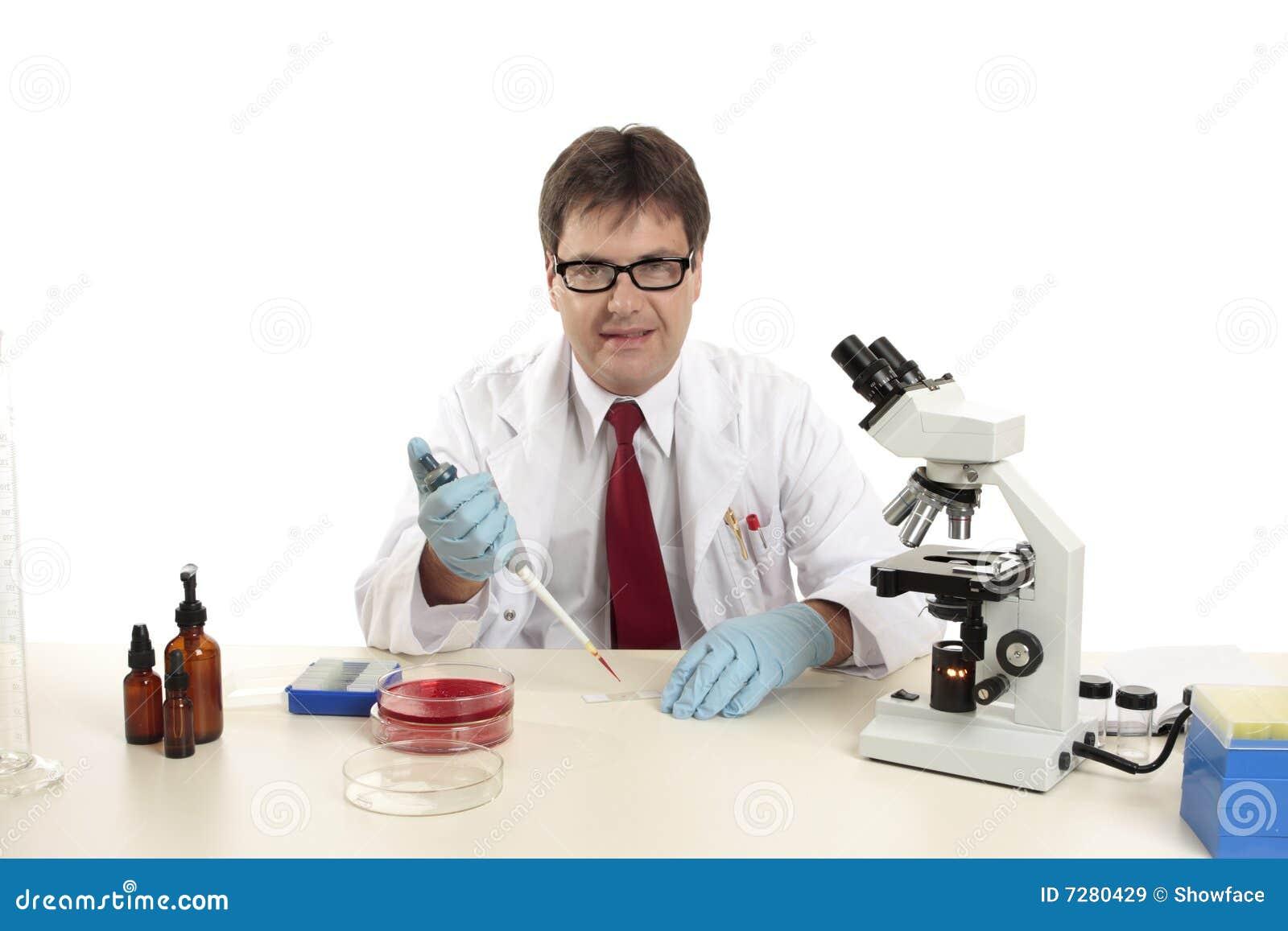 Científico, biólogo en el trabajo que prepara diapositivas