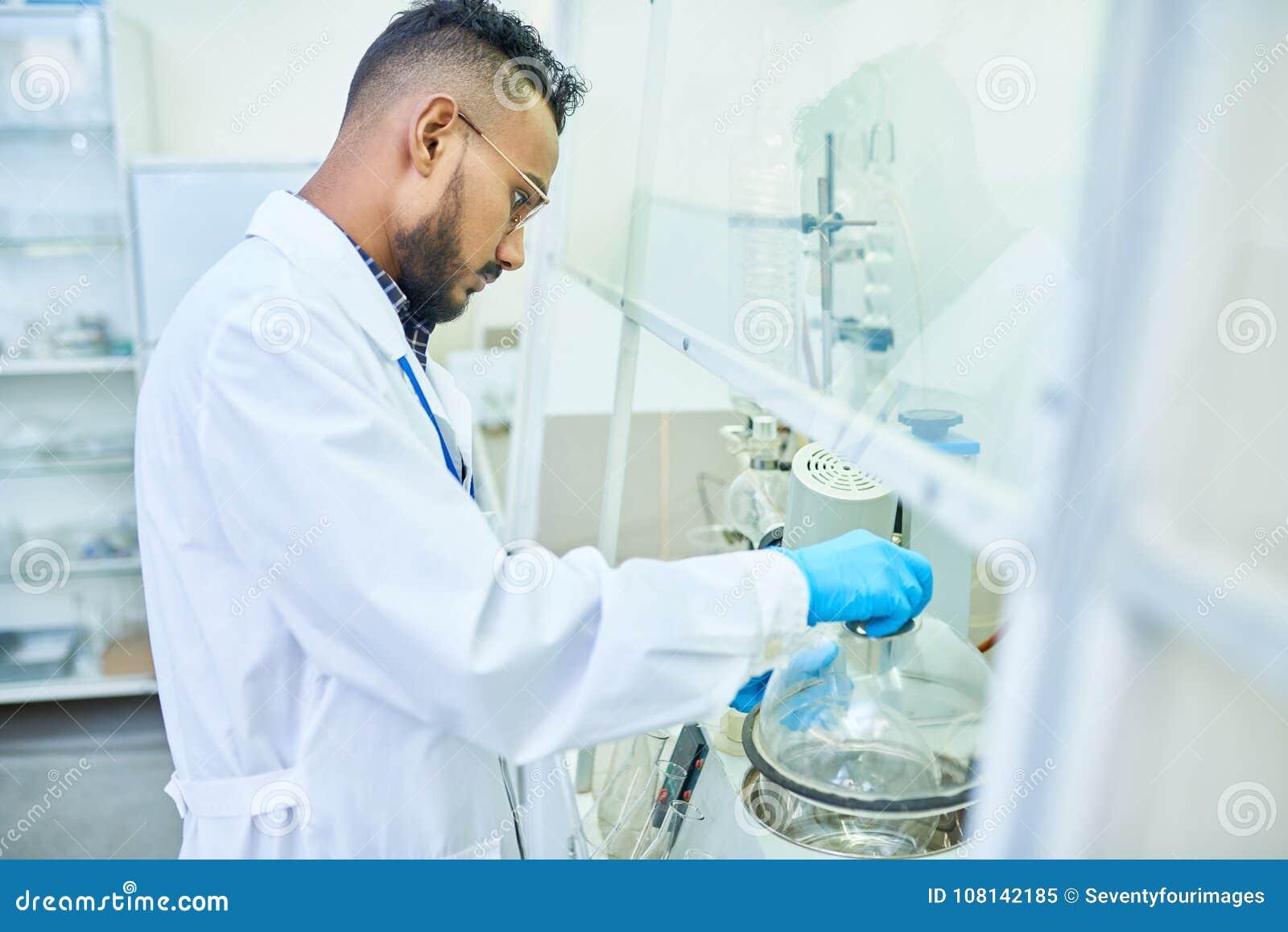 Científico de Oriente Medio en laboratorio