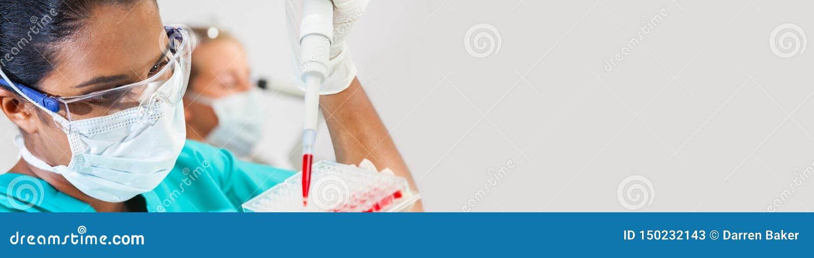 Científico de sexo femenino asiático Pipette Blood Sample en laboratorio de investigación médica