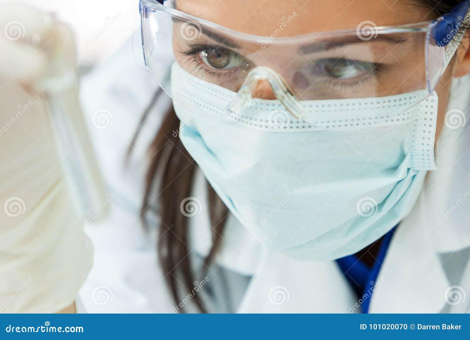 Científico de sexo femenino With Test Tube de la investigación de la mujer en laboratorio
