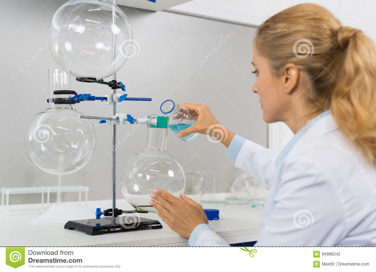 Científico de sexo femenino Working In Laboratory que hace la investigación, investigador Study Chemicals Experiments de la mujer