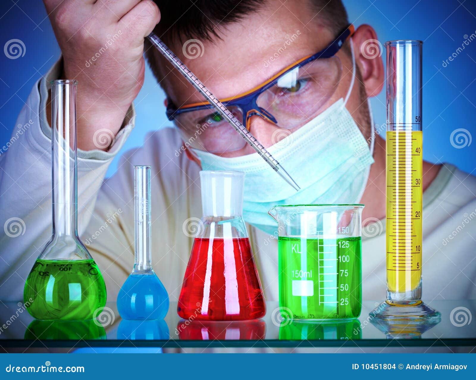 Cient fico en laboratorio con los tubos de prueba foto de for Laboratorio con alloggi