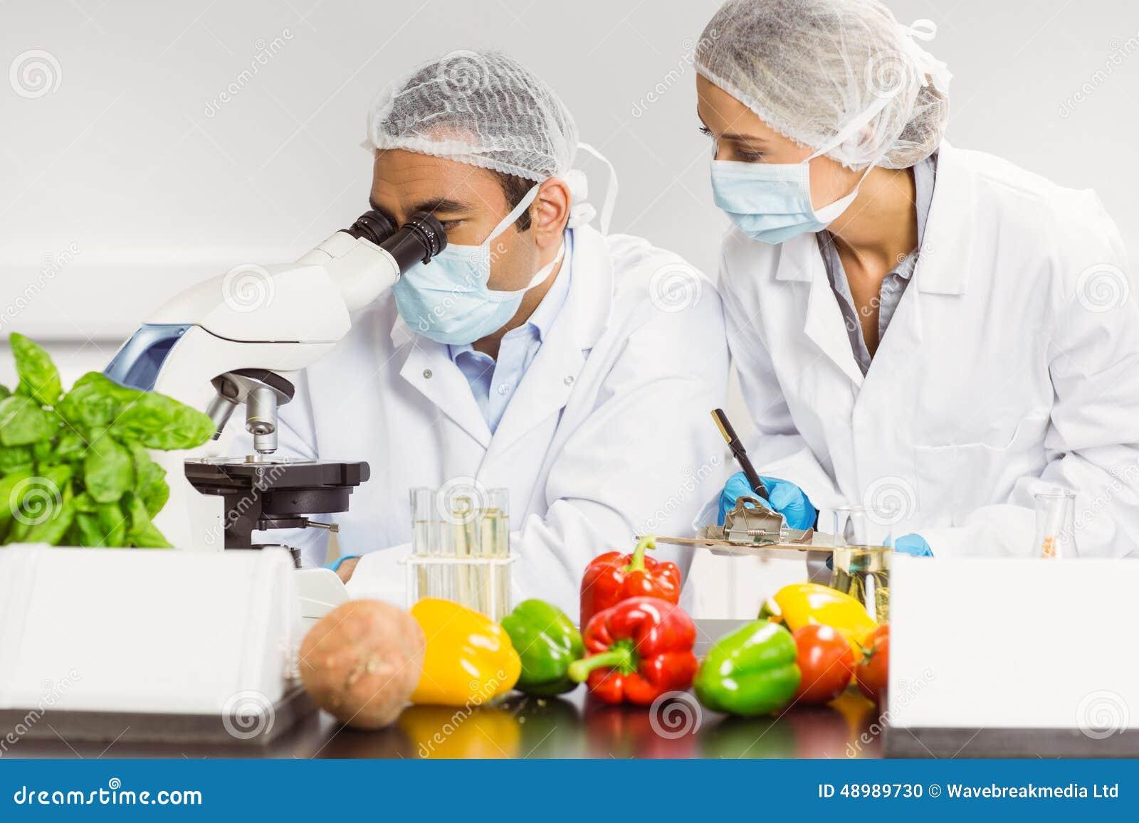 Cient ficos de la comida que usan el microscopio para la for Que es la comida molecular