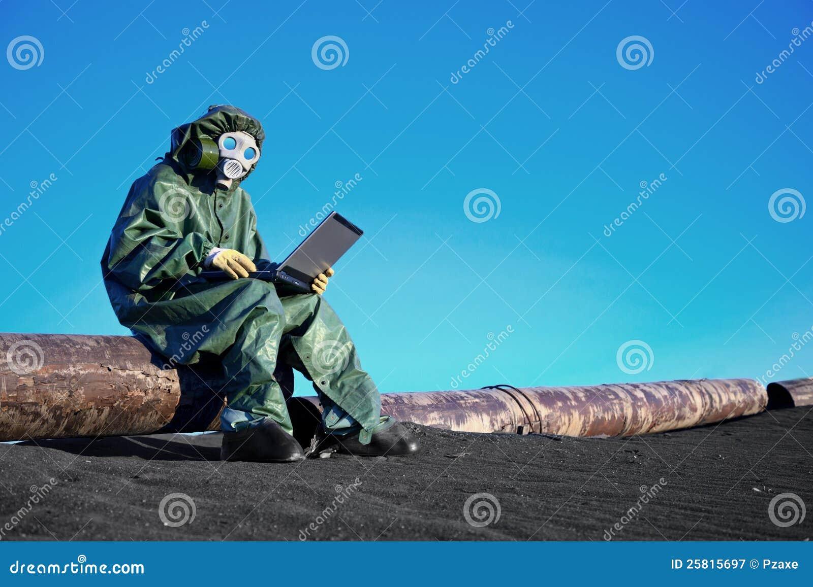 Cientista com um portátil na área contaminada