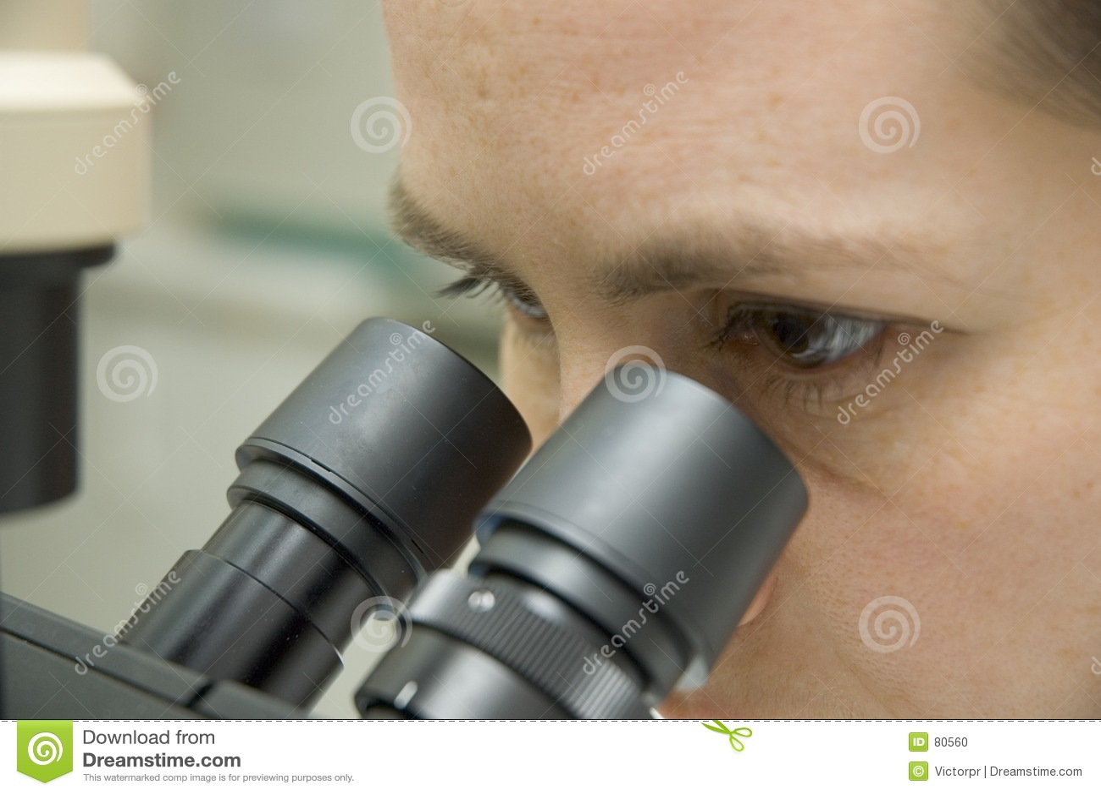 Cientista e microscópio