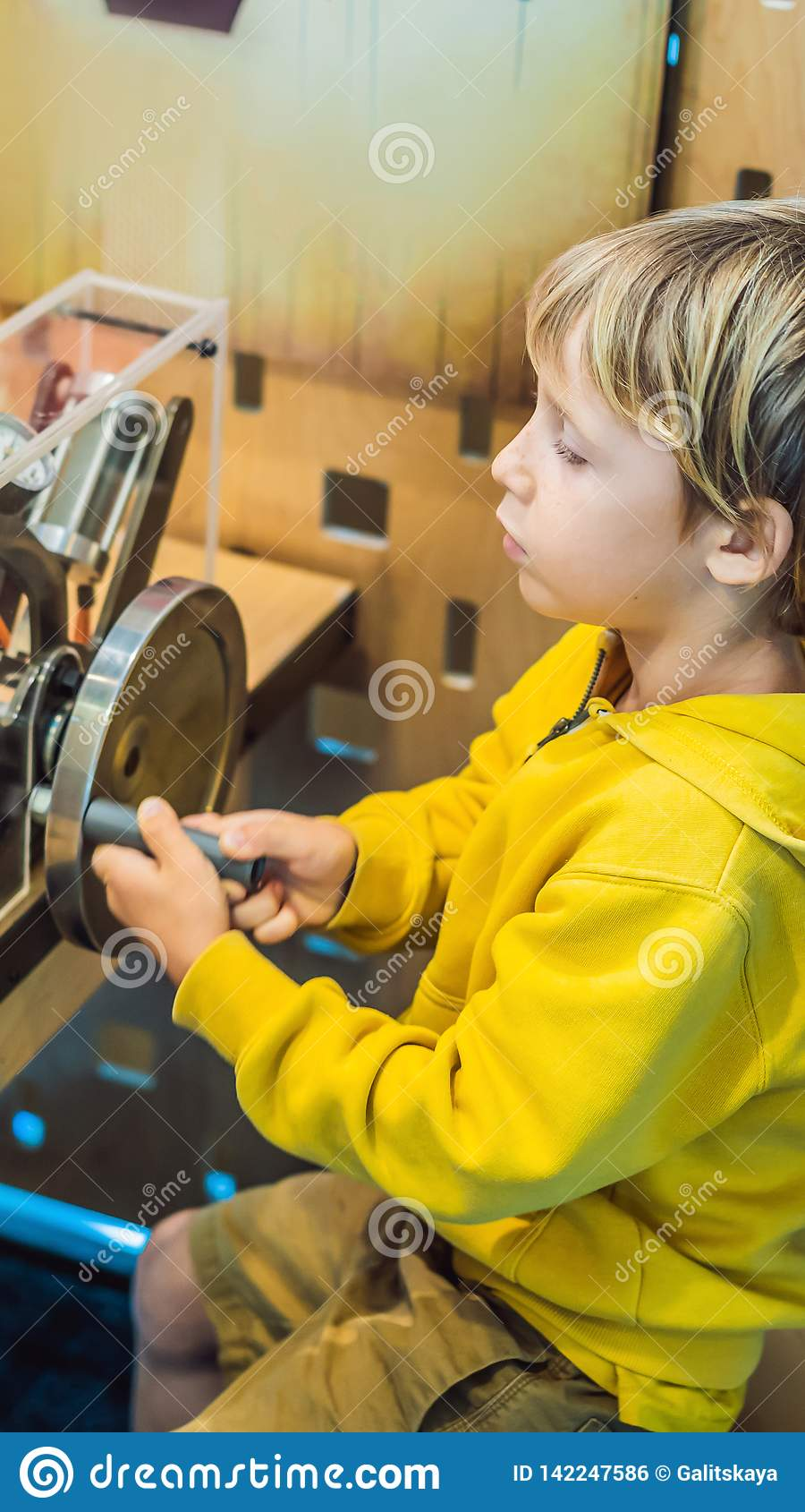Cientista esperto do menino que faz experiências físicas no laboratório Conceito educacional FORMATO VERTICAL da descoberta para
