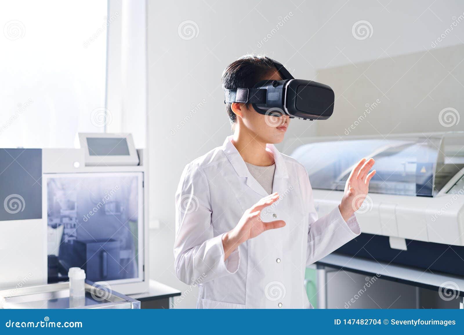 Cientista novo do laboratório no simulador de VR
