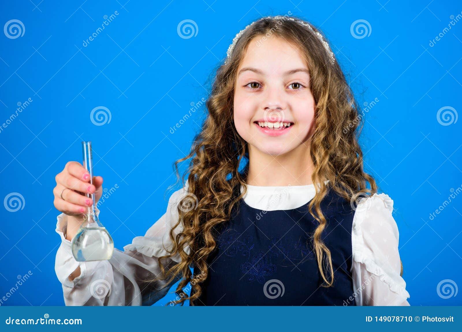 Cientista pequeno da menina com garrafa de teste Li??o do bilogy do estudo da crian?a pesquisa da ci?ncia no laborat?rio Menina p