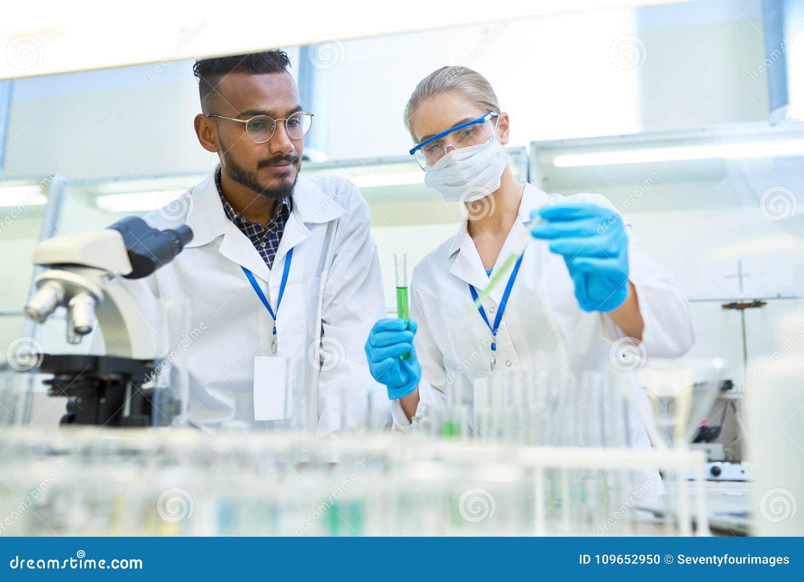 Cientistas que fazem a pesquisa no laboratório médico