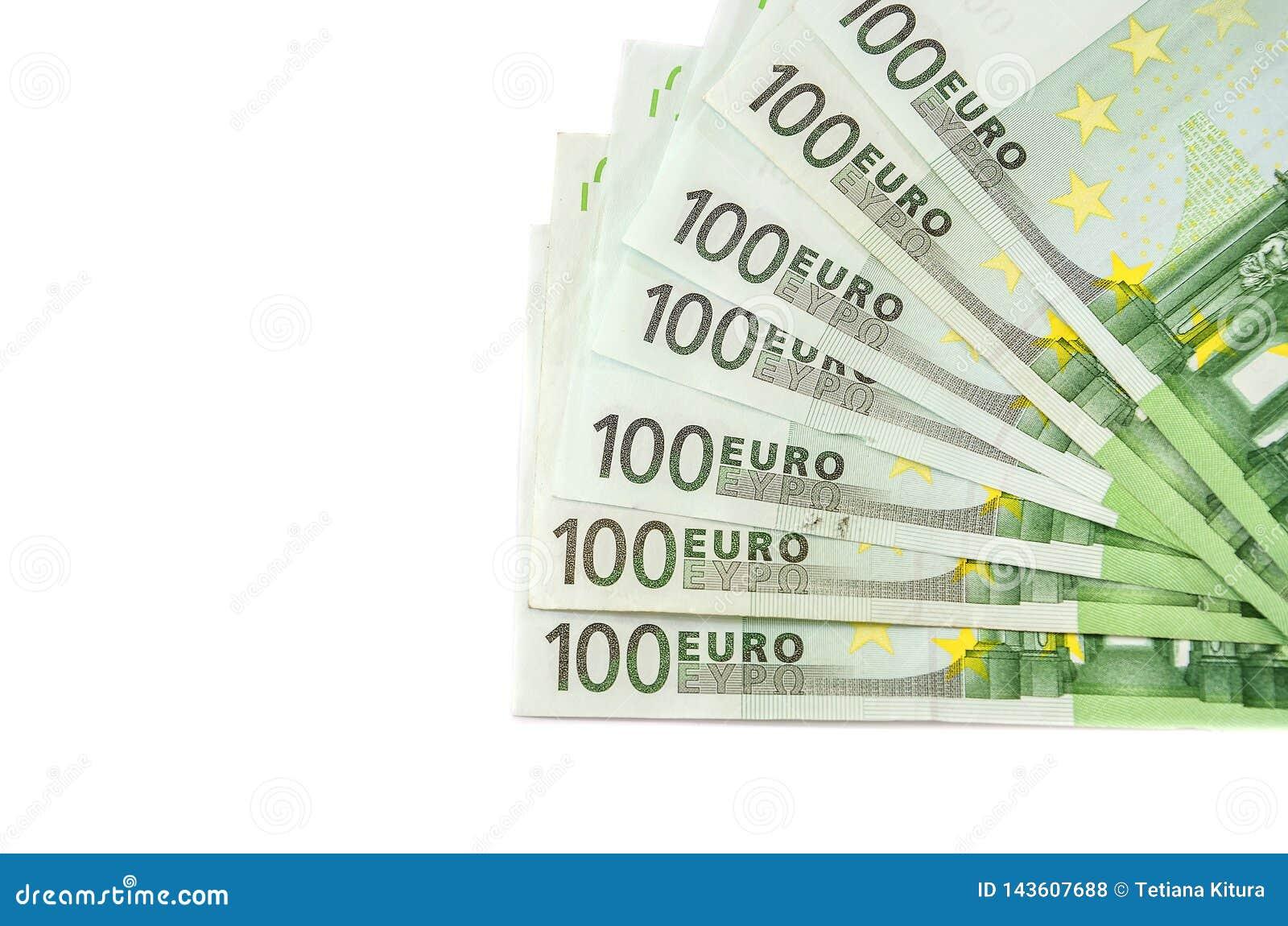 Cientos billetes de banco del euro en un fondo blanco