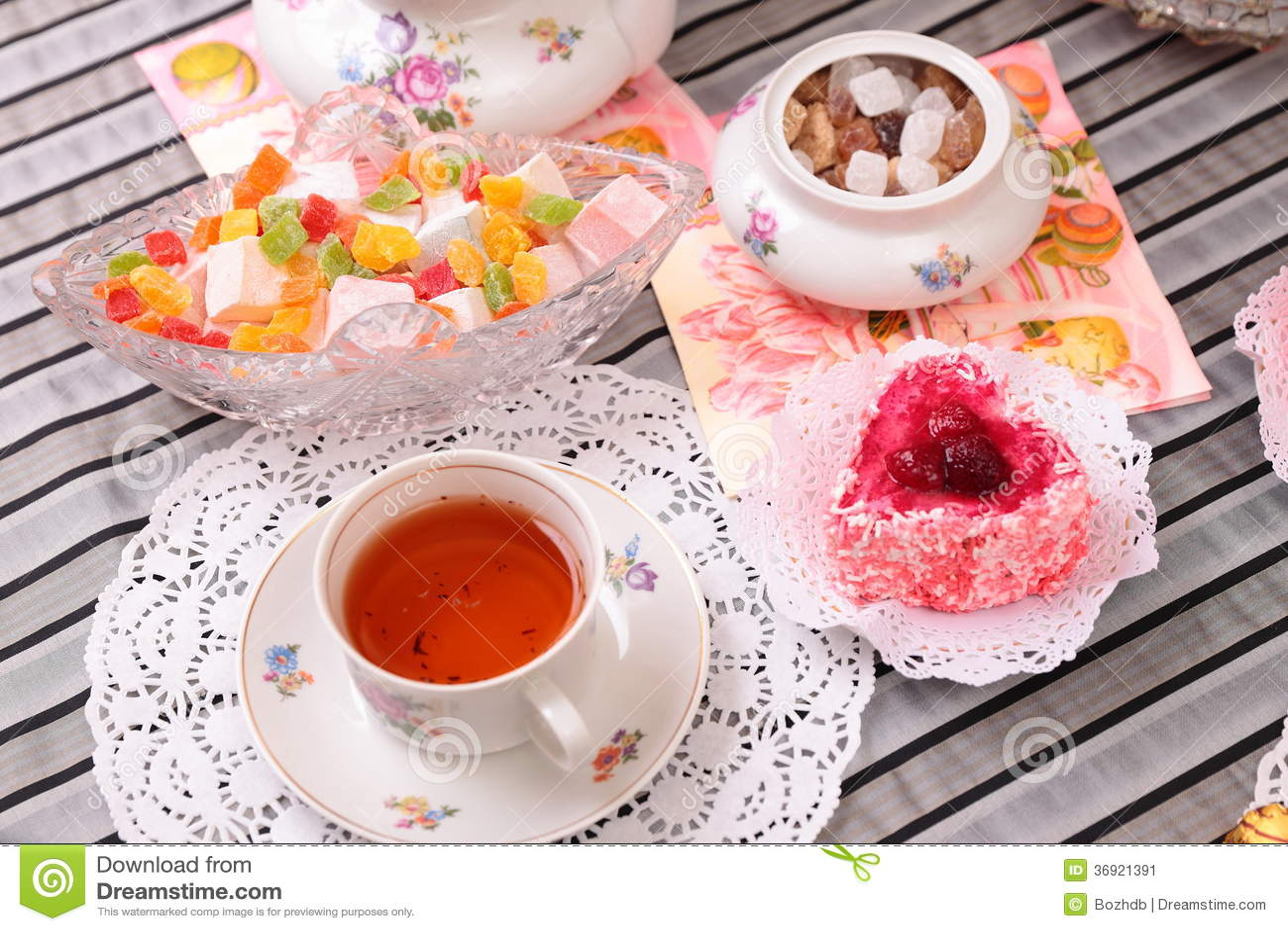 Ciepła filiżanka herbata i cukierki