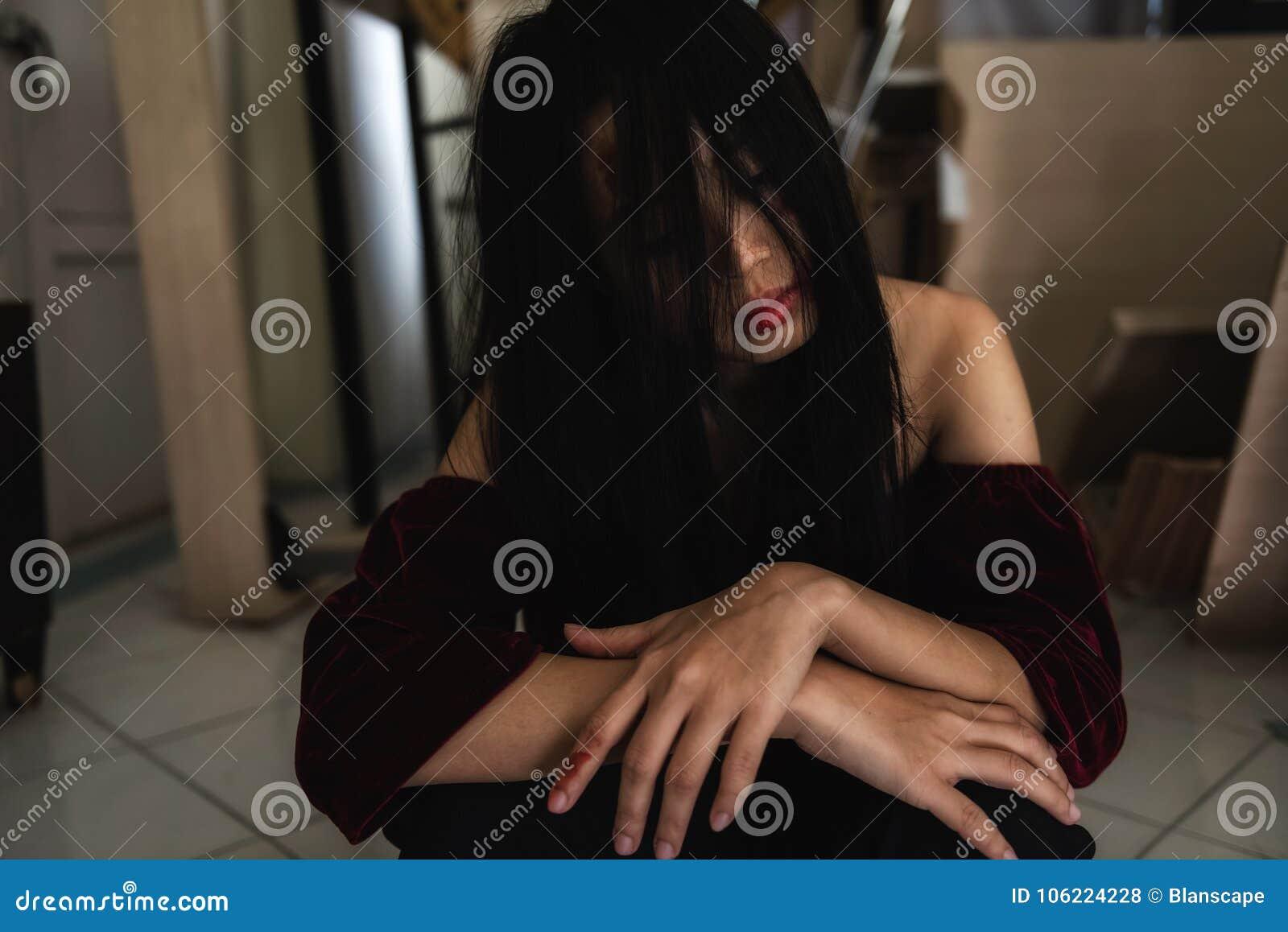 Cierpi wściekle atakować mężem i smutna żony kobieta