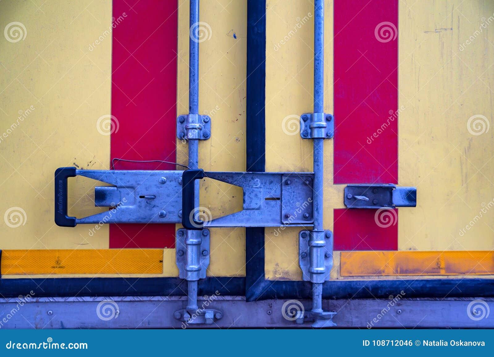 Cierre colorido del matel en puertas de atrás del camión