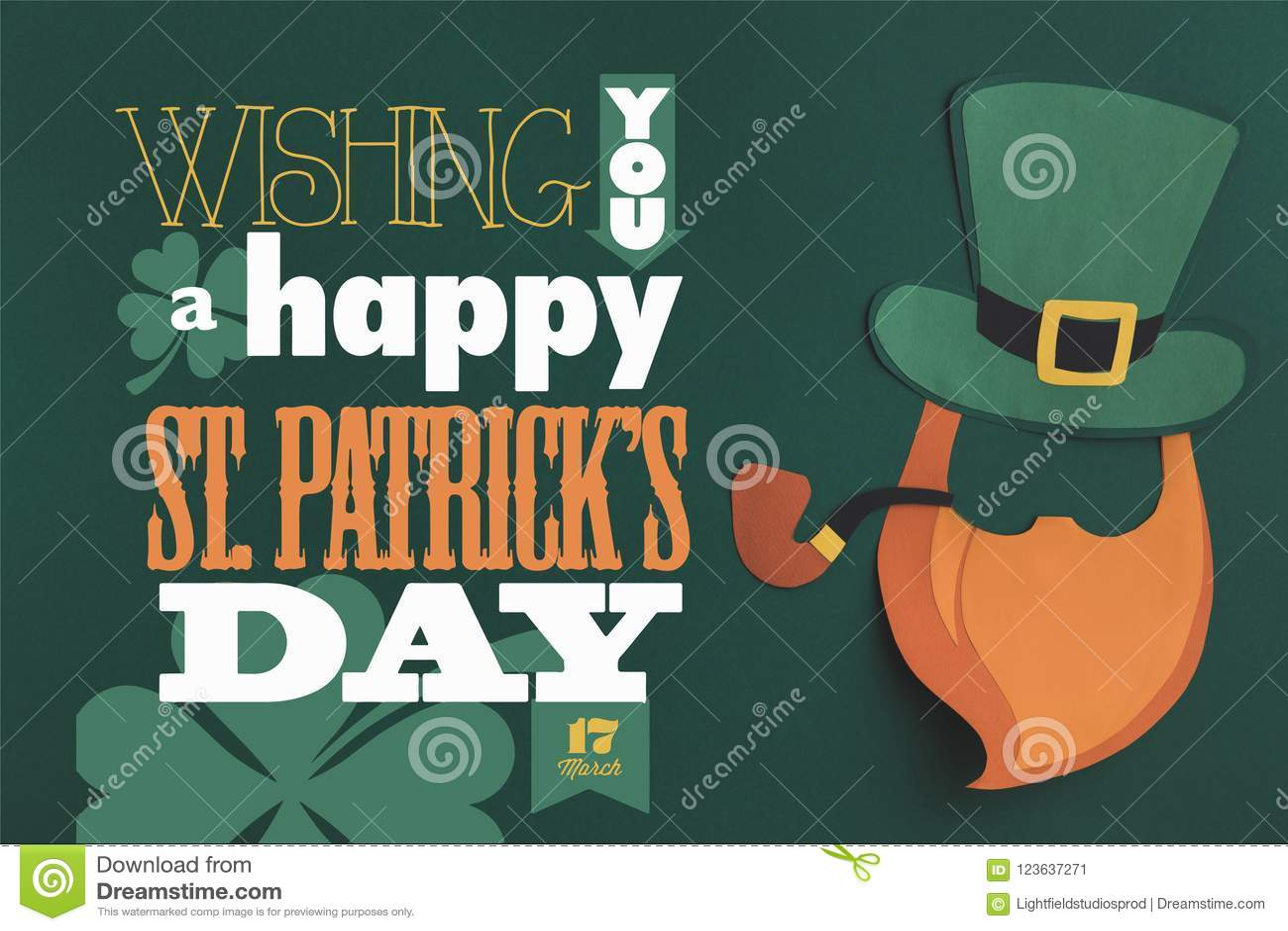 Cierre encima de la opinión usted letras de día felices de los patricks del st en fondo verde