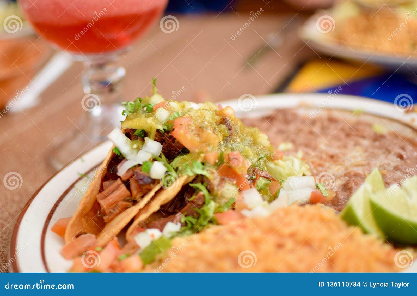 Cierre encima de la placa mexicana de la comida