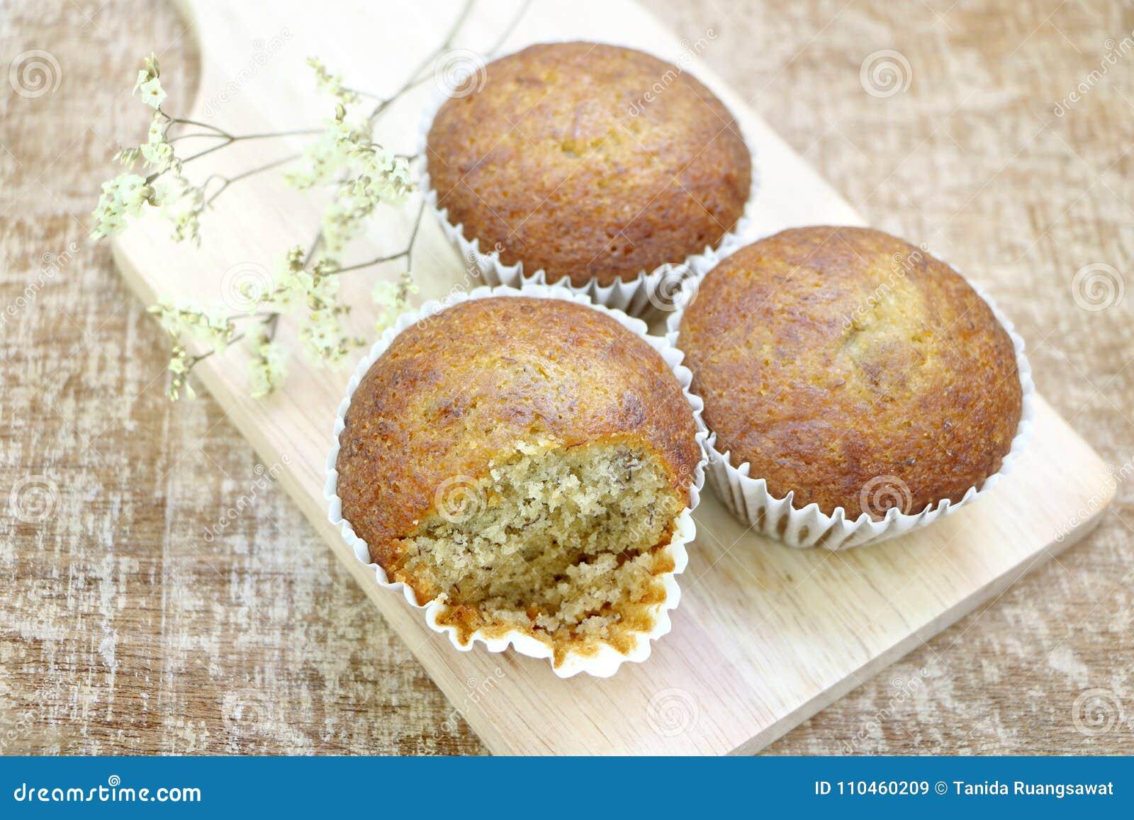 Cierre encima del grupo de muchos la panadería de la torta de la taza del plátano en la mirada de madera de la opinión superior d