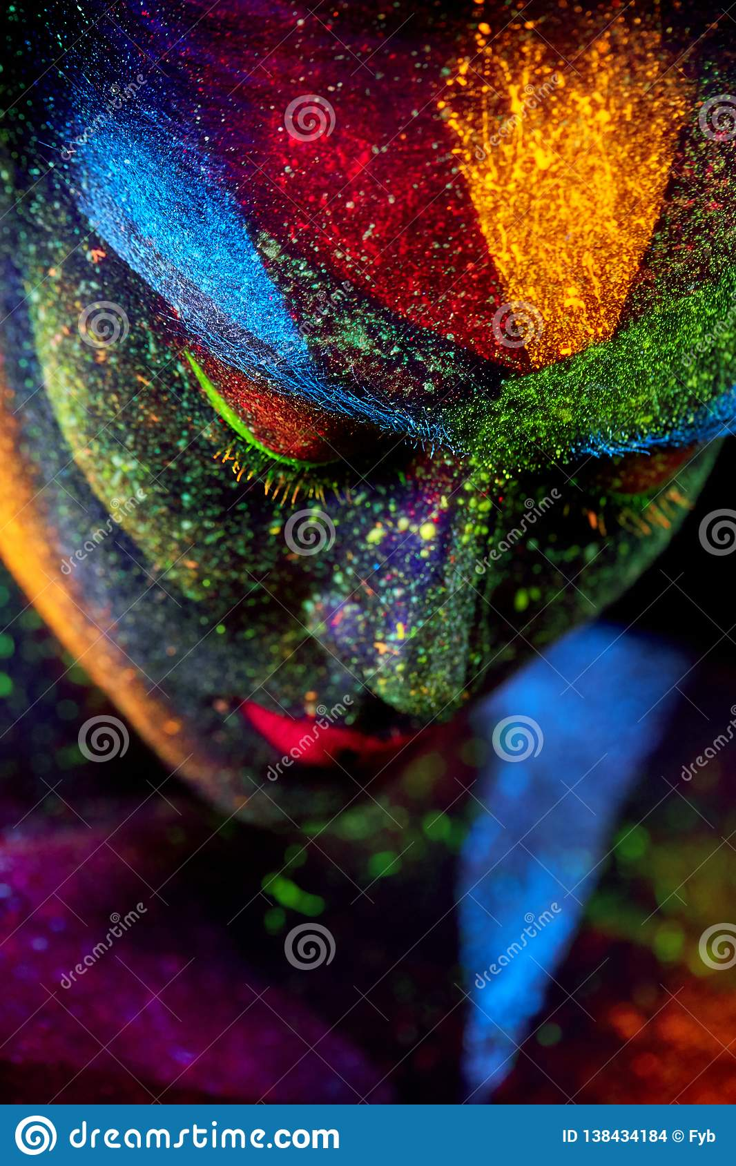 Cierre encima del retrato abstracto ULTRAVIOLETA