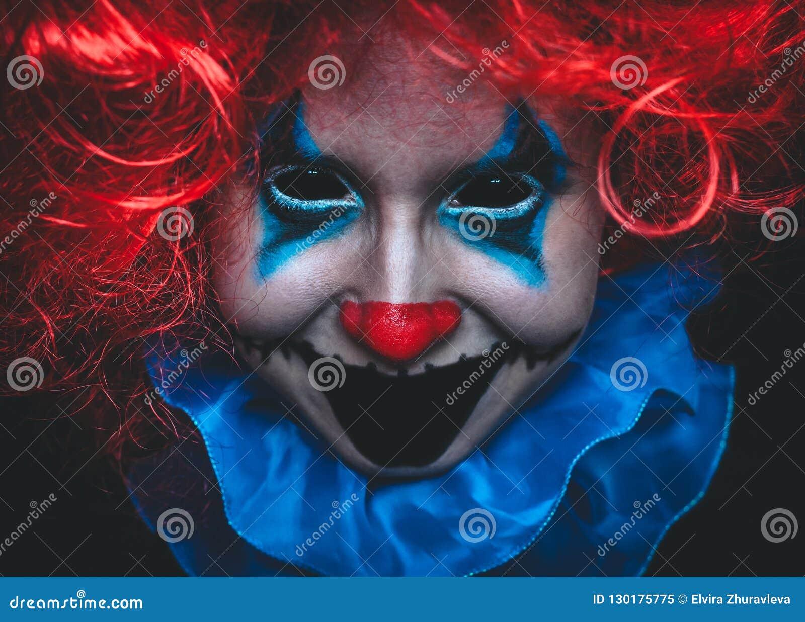 Cierre espeluznante del payaso encima del retrato de Halloween en fondo negro