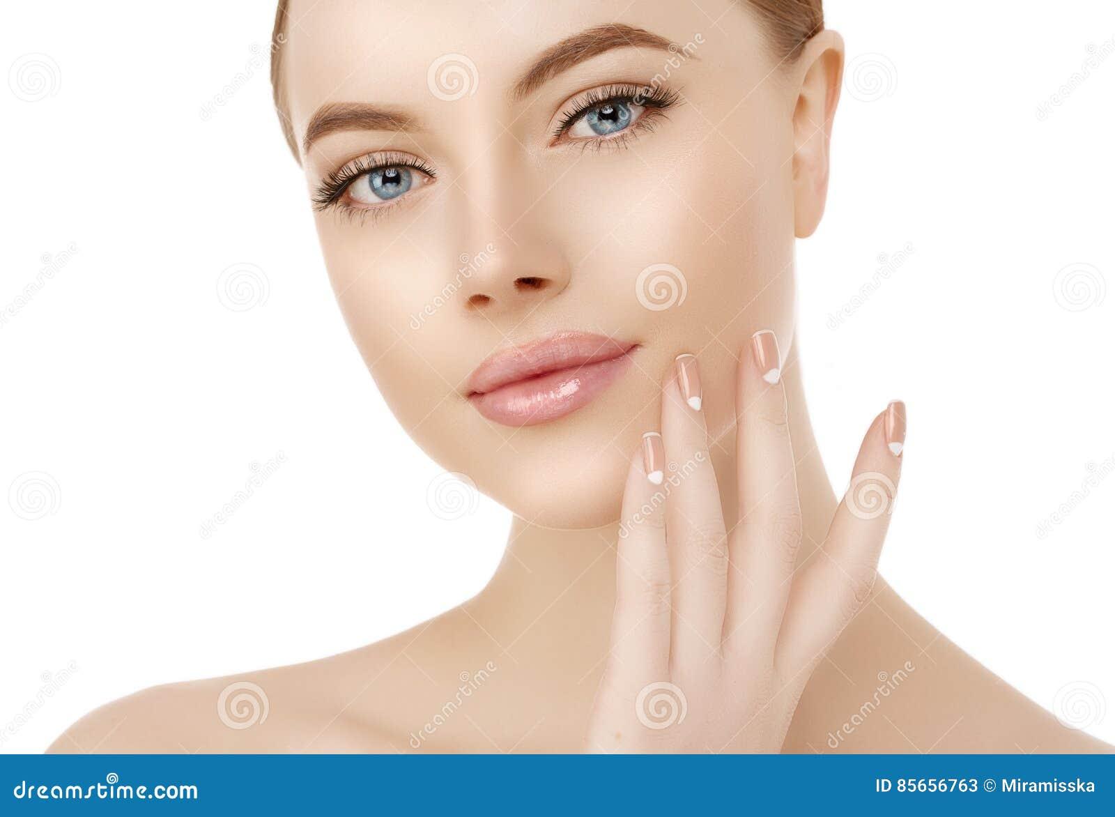 Cierre hermoso de la cara de la mujer encima del estudio en blanco Modelo del balneario de la belleza