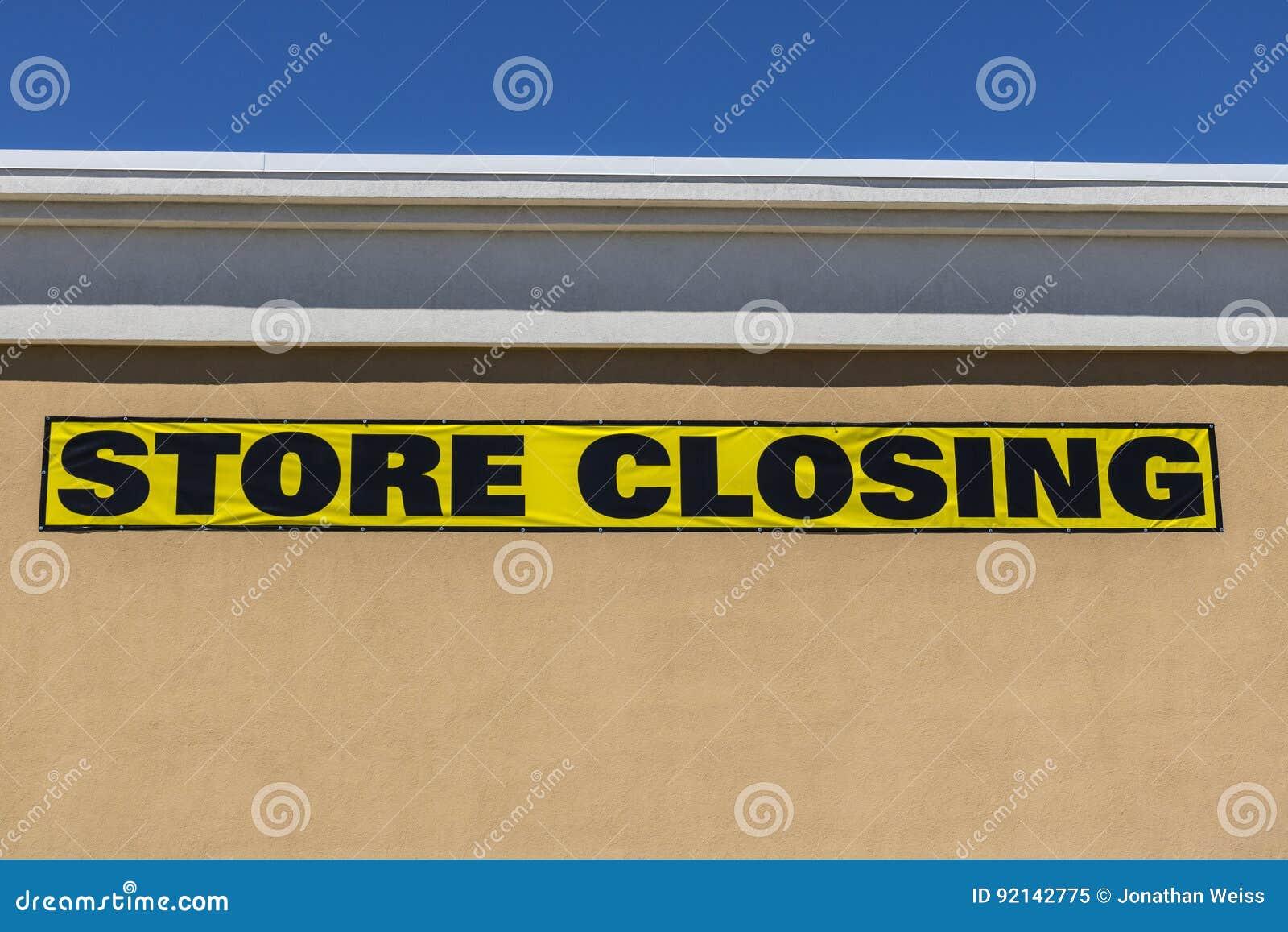 Cierre horizontal encima del tiro de la muestra cerrada de la tienda en un negocio al por menor de la alameda