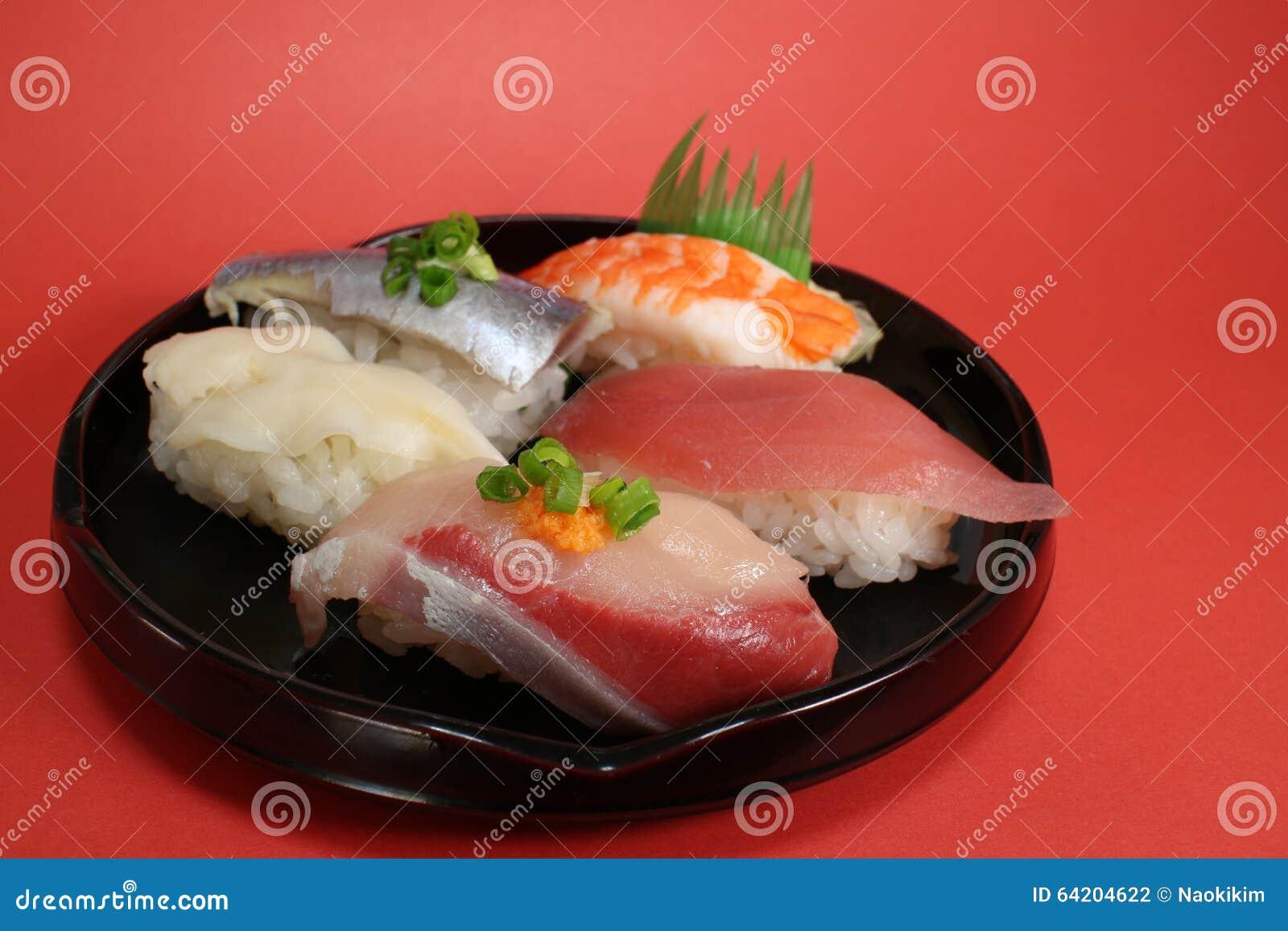 Cierre japonés de la placa del sushi para arriba en el humor de la celebración