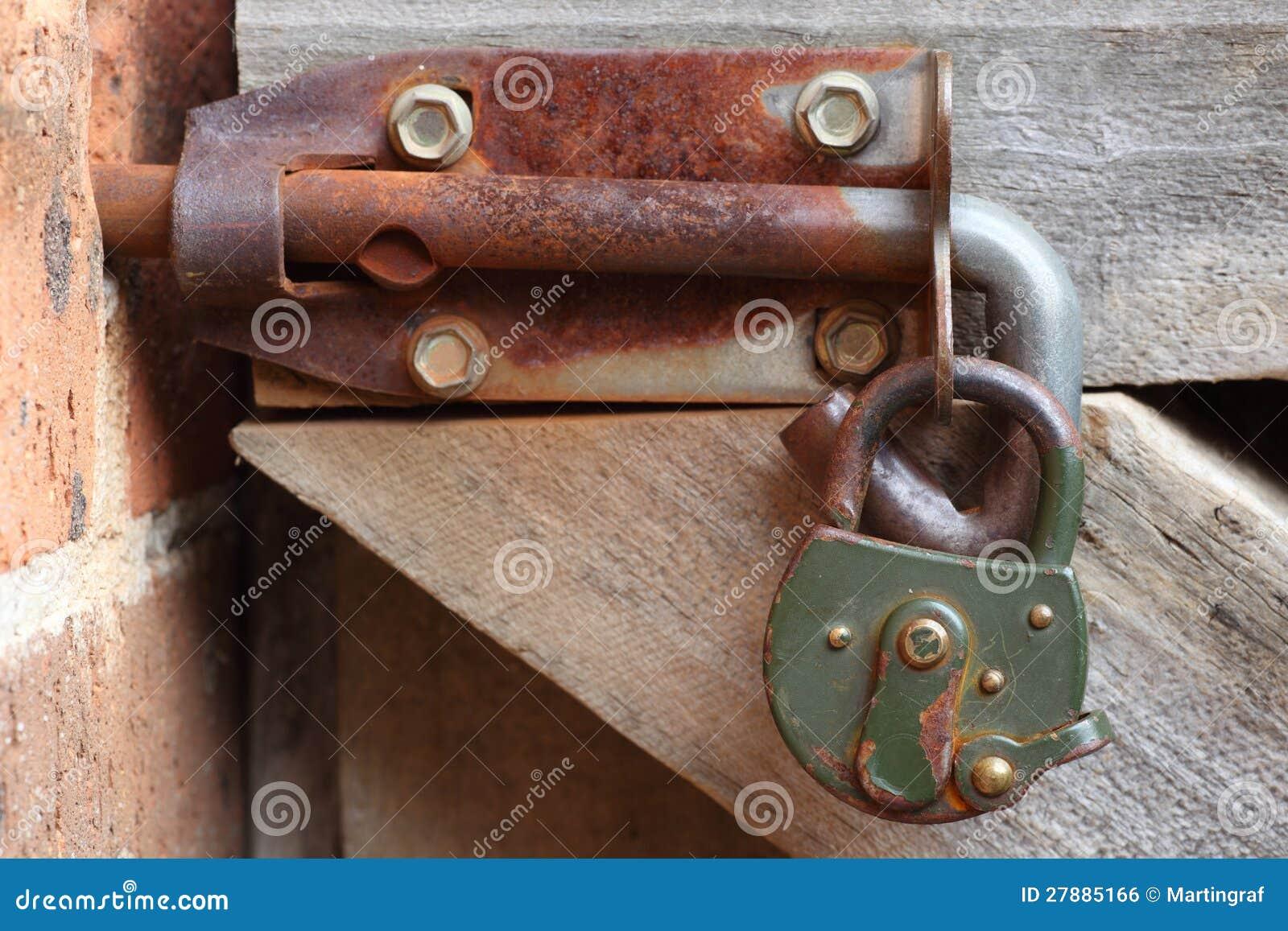 Cierre oxidado con el candado