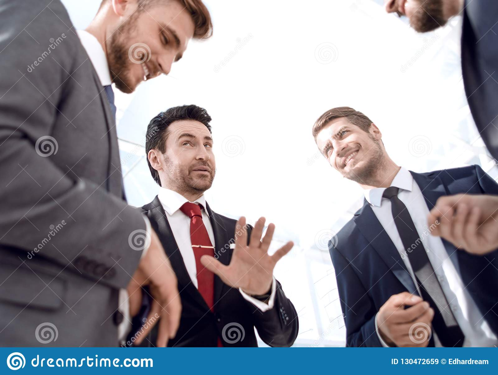 Cierre para arriba equipo amistoso del negocio que discute nuevas ideas