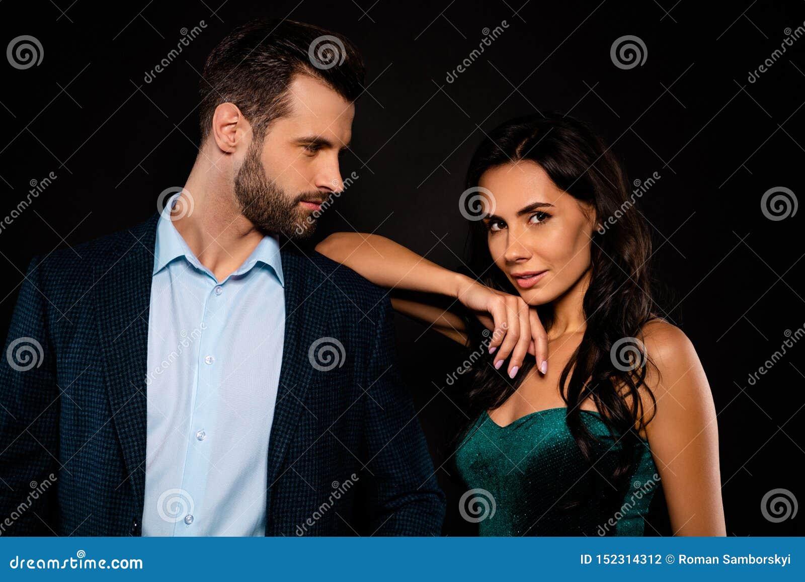 Cierre para arriba la foto hermosa ella su esposa elegante con clase de la señora él él su marido que tienta a la señora confiada