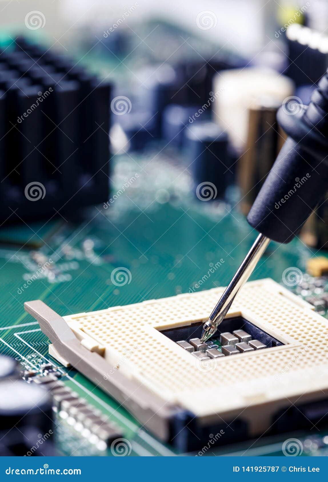 Cierre para arriba - la placa madre de medición del ordenador del zócalo de la CPU del multímetro del ingeniero del técnico