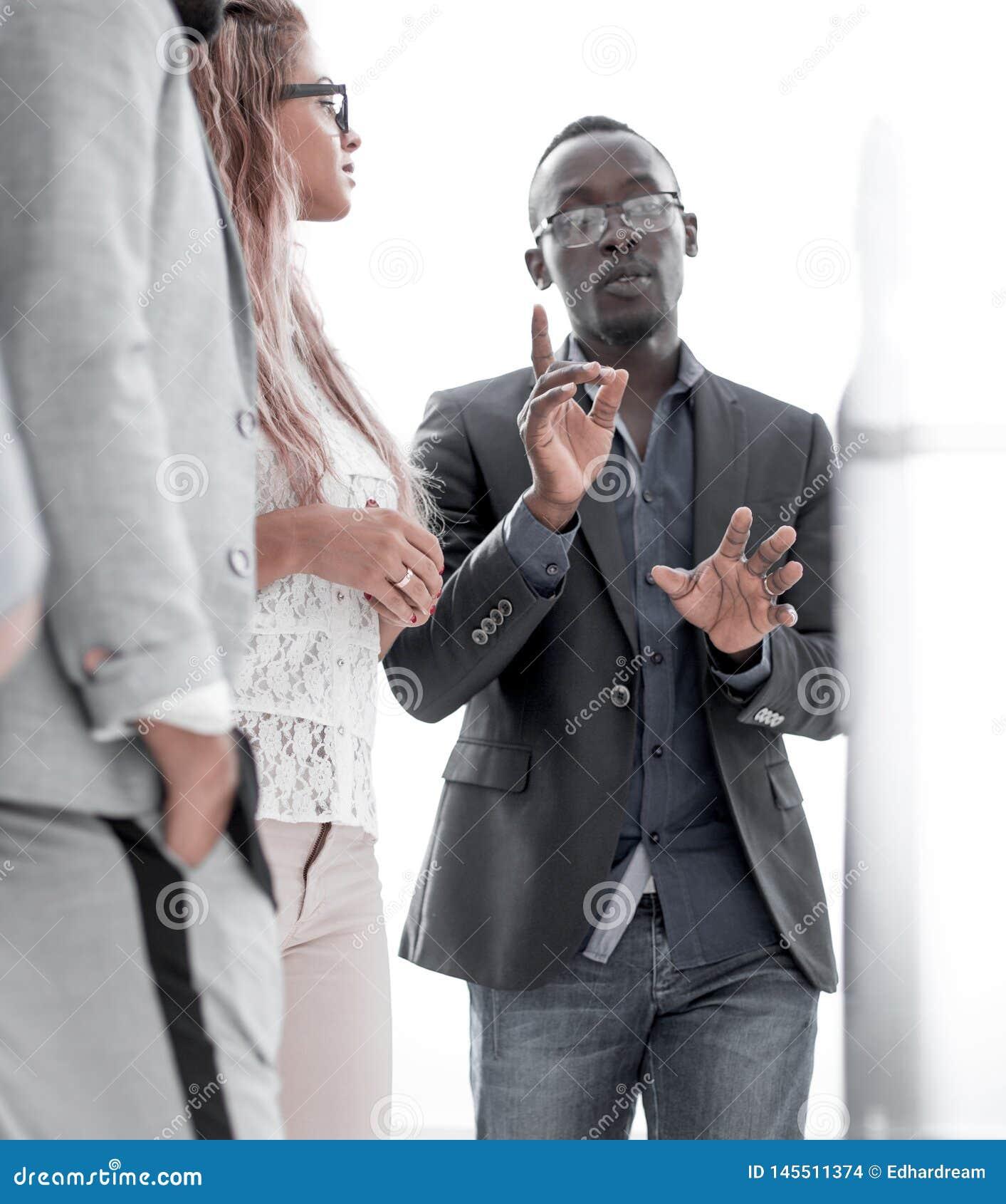 Cierre para arriba los empleados jovenes est?n preparando una nueva presentaci?n