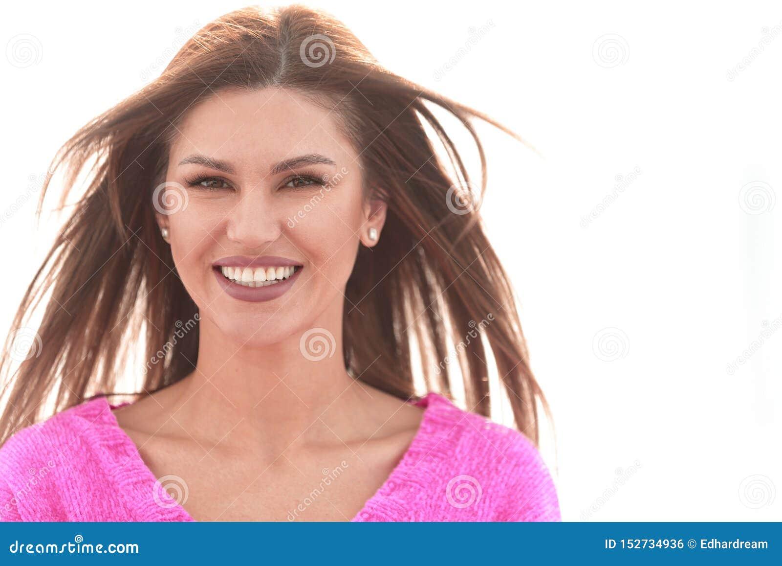 Cierre para arriba Retrato de una mujer joven en un fondo blanco