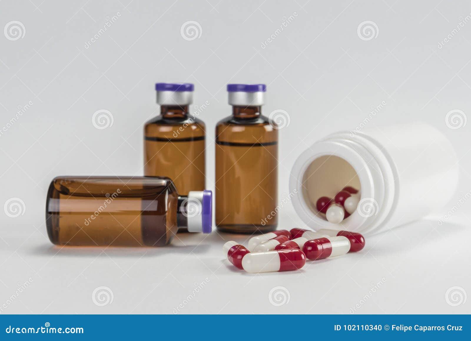 Ciertos frascos y barco de las cápsulas rojas y blanco iinsolated en el fondo blanco