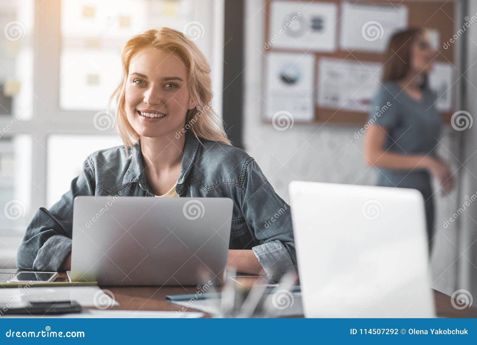 Ciesząca się dama przy jej pracującym miejscem
