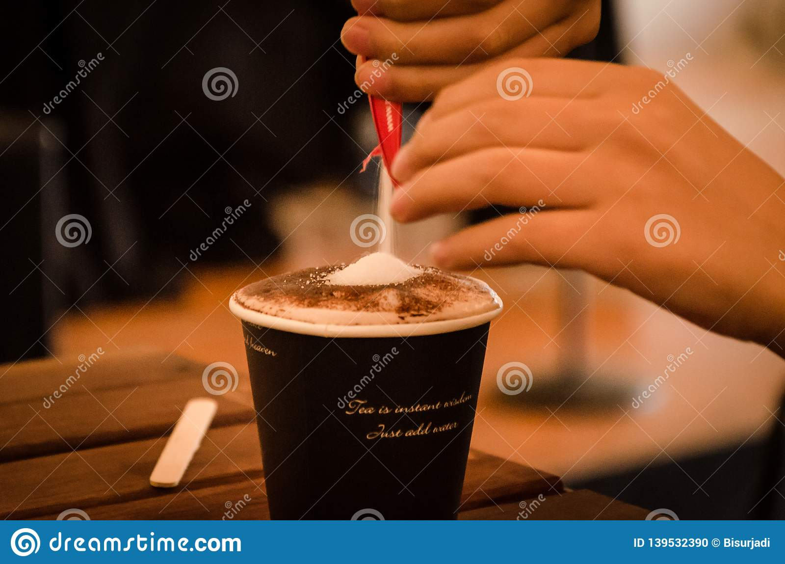 Cieszyć się filiżanka kawy w wczesnym moning godzina szczytu śniadaniu
