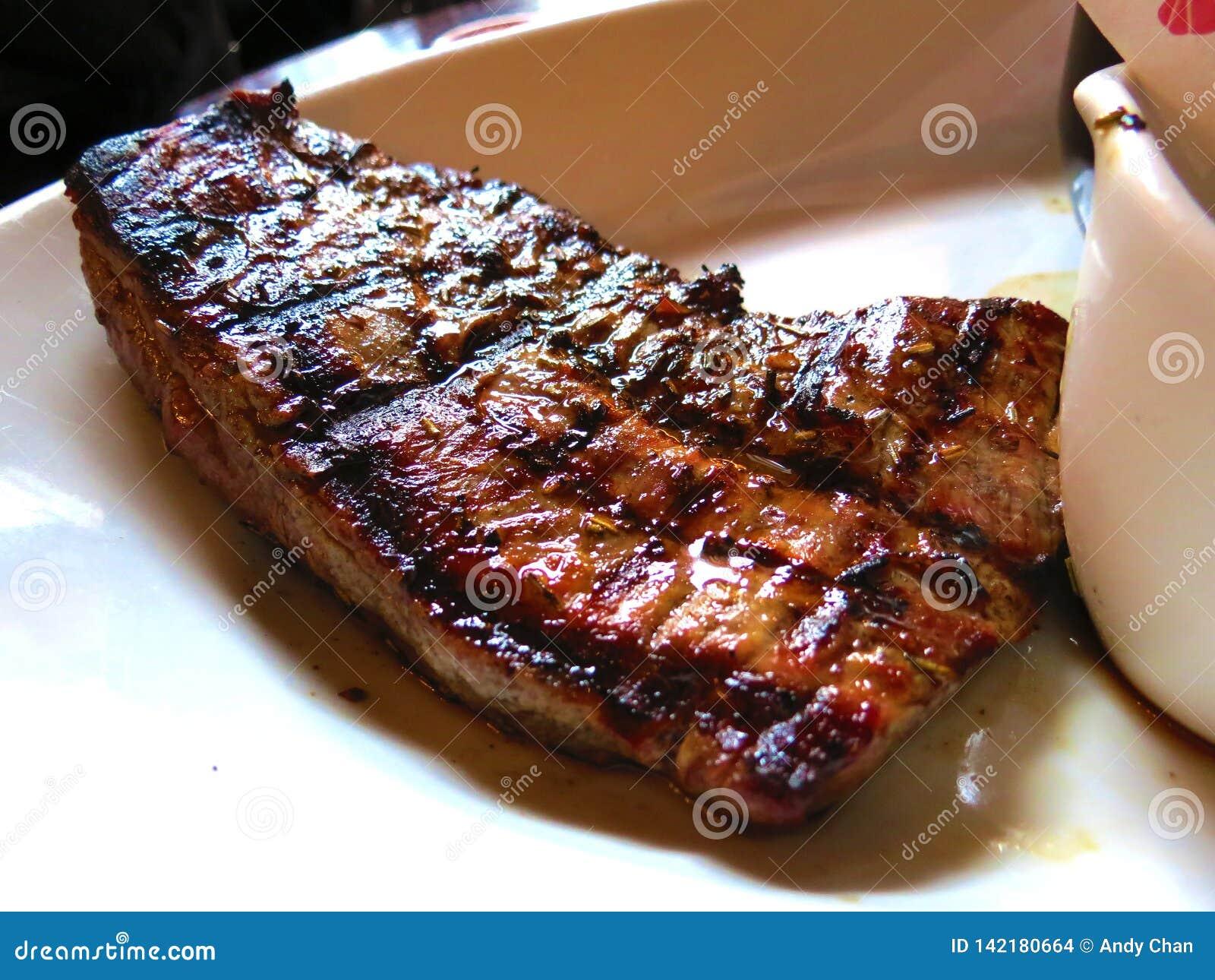 Cieszyć się wołowina stek dla gościa restauracji