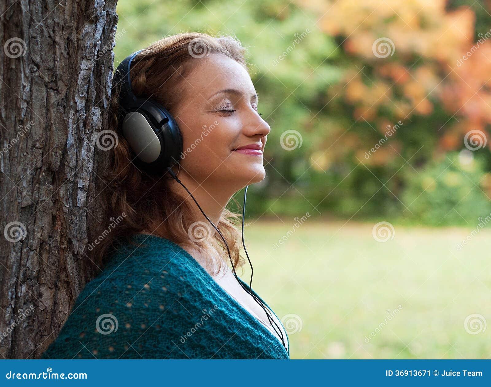 Cieszyć się muzykę w jesień parku