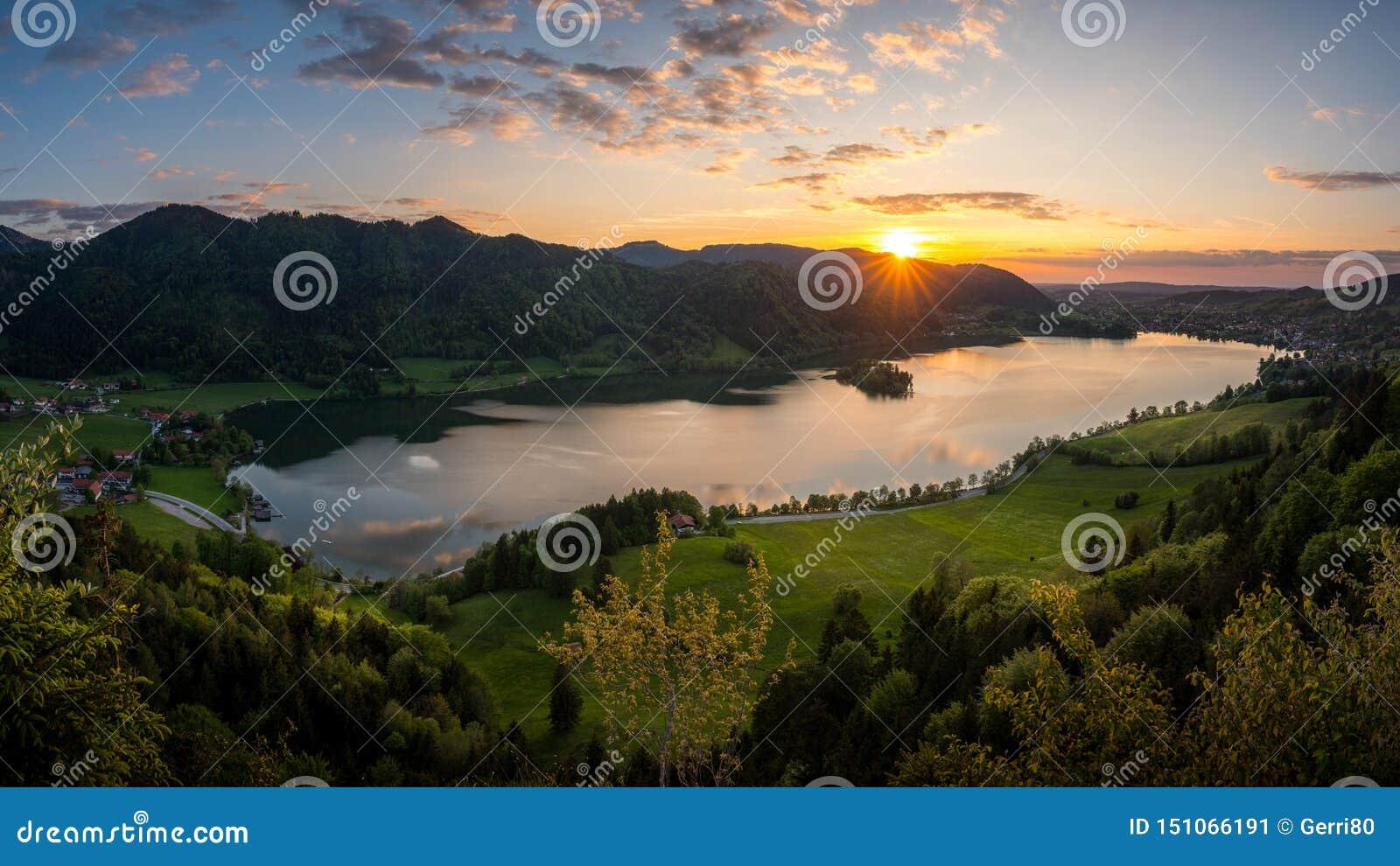 Cieszyć się ostatniego światło słoneczne nad Jeziornym Schliersee w bavarian pasmie górskim
