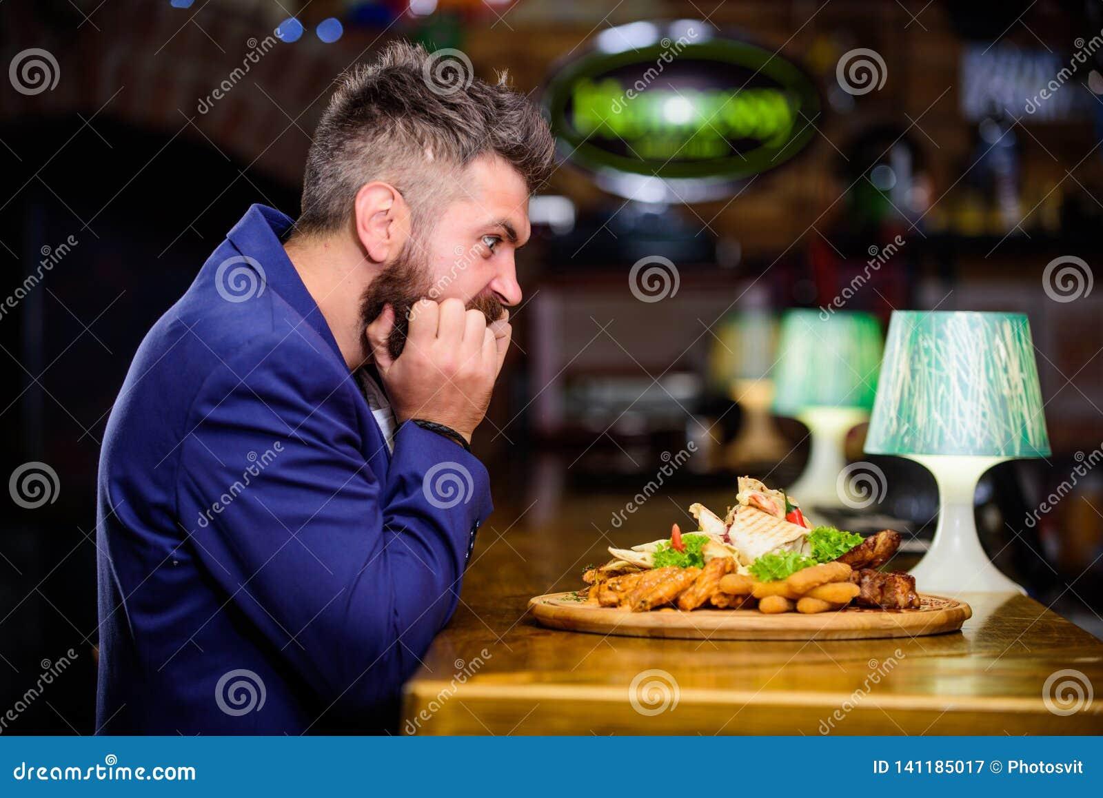 Cieszy się posiłek Wysoka kalorii przekąska Nabranie posiłku pojęcie Modniś głodny je pub smażącego jedzenie Kierownika formalny