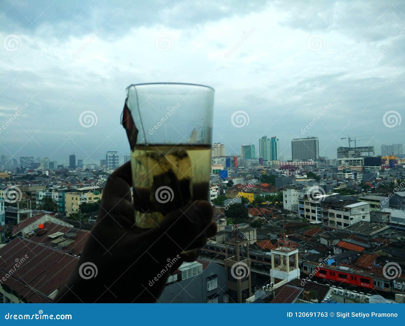 Cieszy się herbaty i widzii miasto widoku scenę w Dżakarta Indonezja