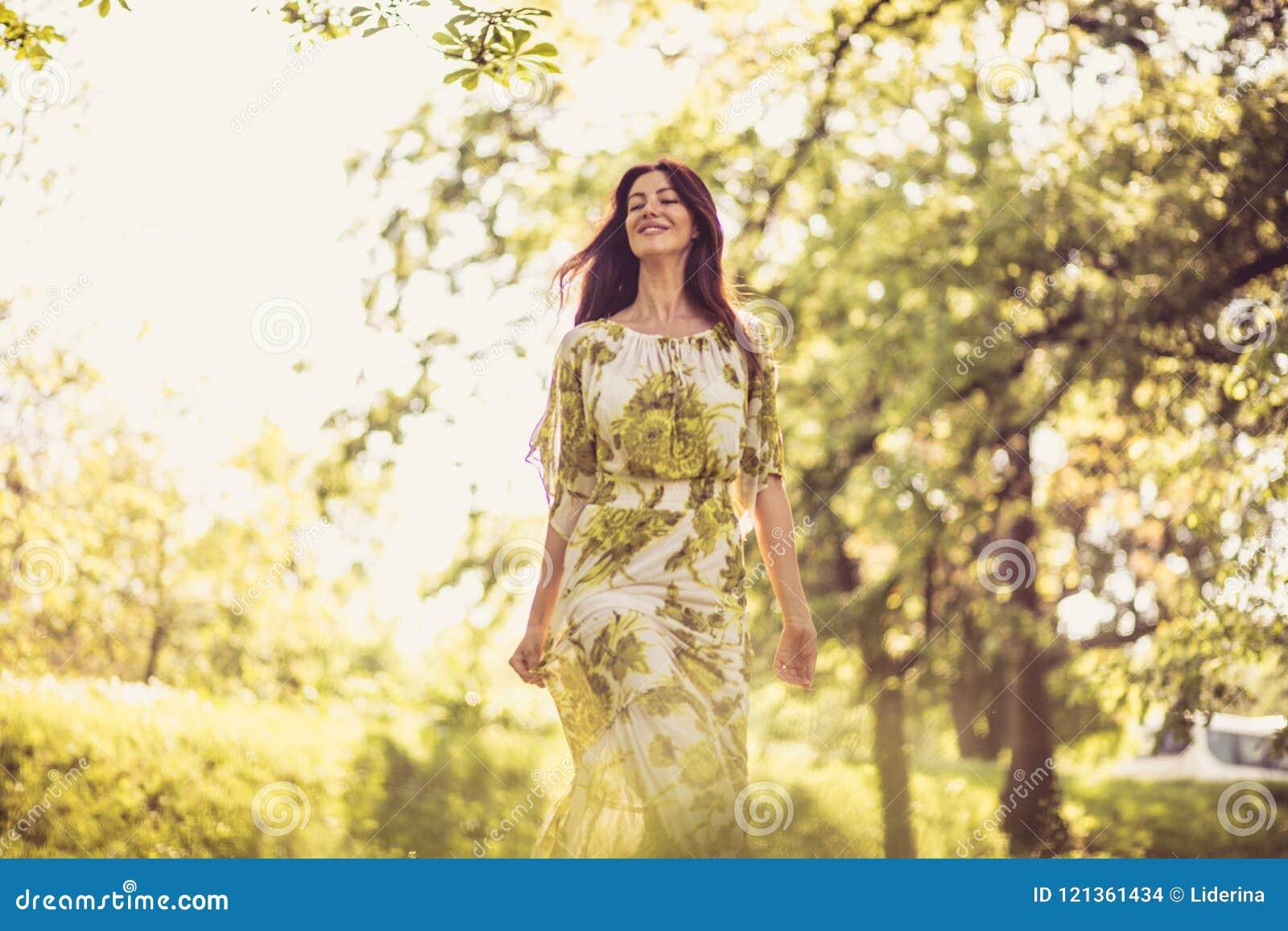Cieszy się w naturze, wiek średni kobieta