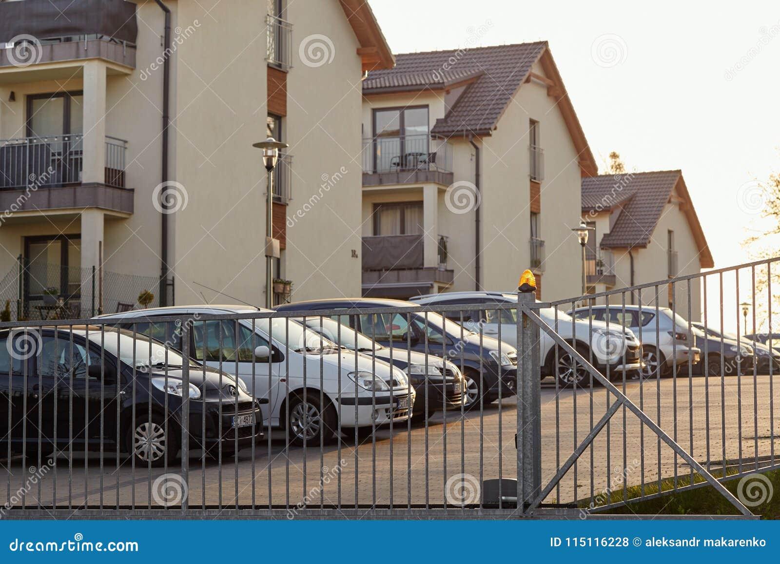 Cieszyn, Polônia - 15 de abril de 2018: O carro é estacionado em um parque de estacionamento privado atrás da porta do rolamento