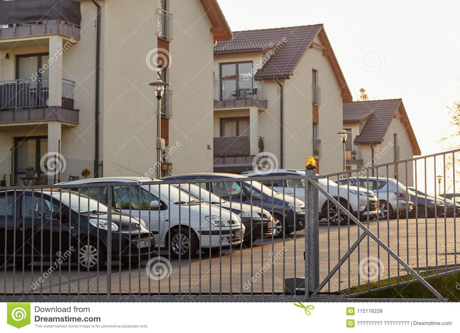 Cieszyn, Polonia - 15 aprile 2018: L automobile è parcheggiata in un parcheggio privato dietro il portone di rotolamento