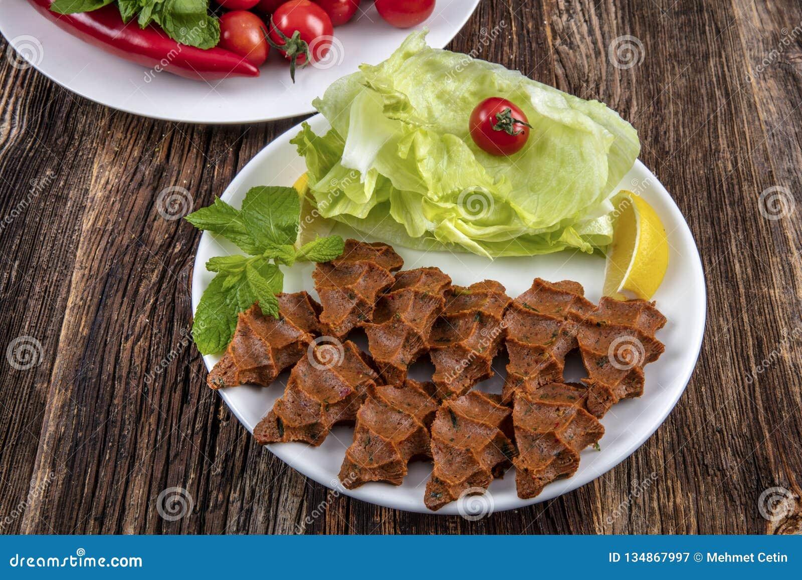 Cig kofte, ein Teller des rohen Fleisches in den türkischen und armenischen Küchen E
