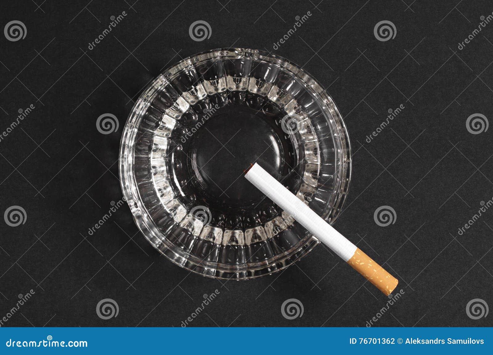 Cigarett och askfat
