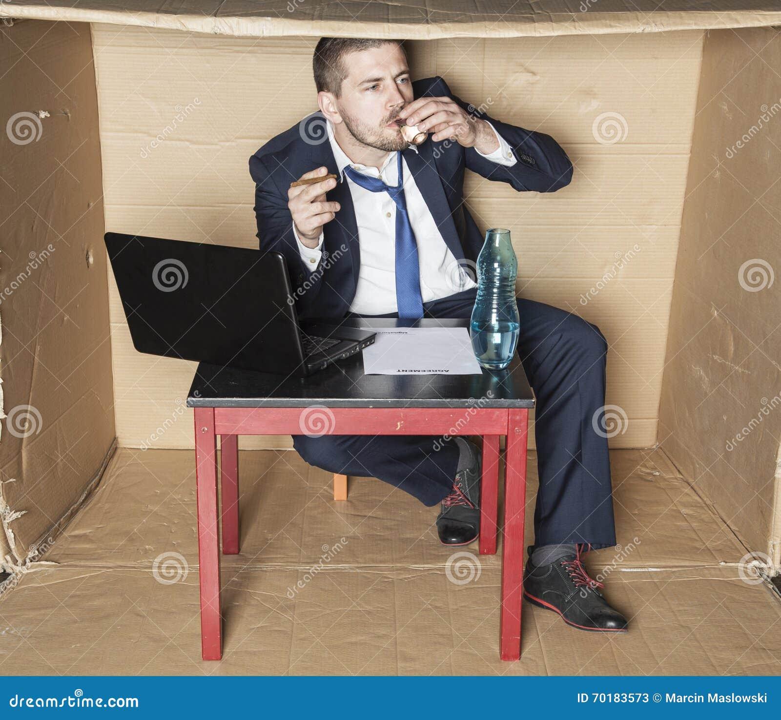 Cigarett och vodka i affärsmanhand