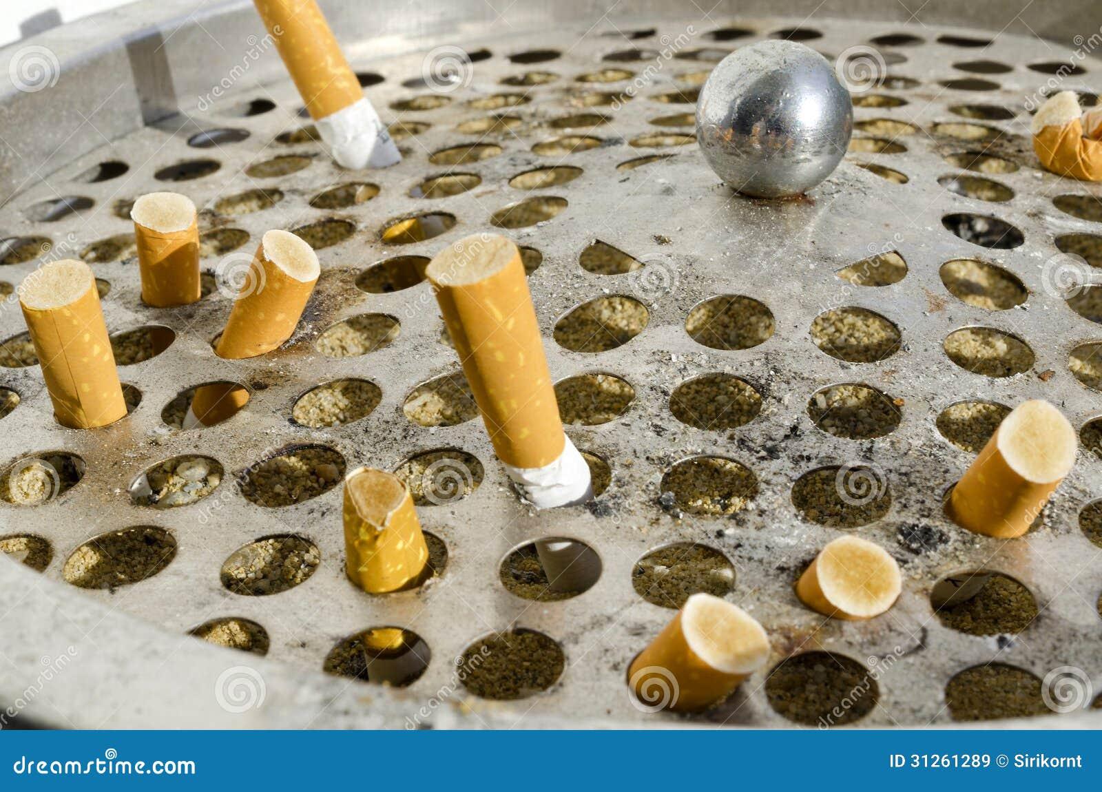 cigarette dans la poubelle en aluminium l images libres de. Black Bedroom Furniture Sets. Home Design Ideas