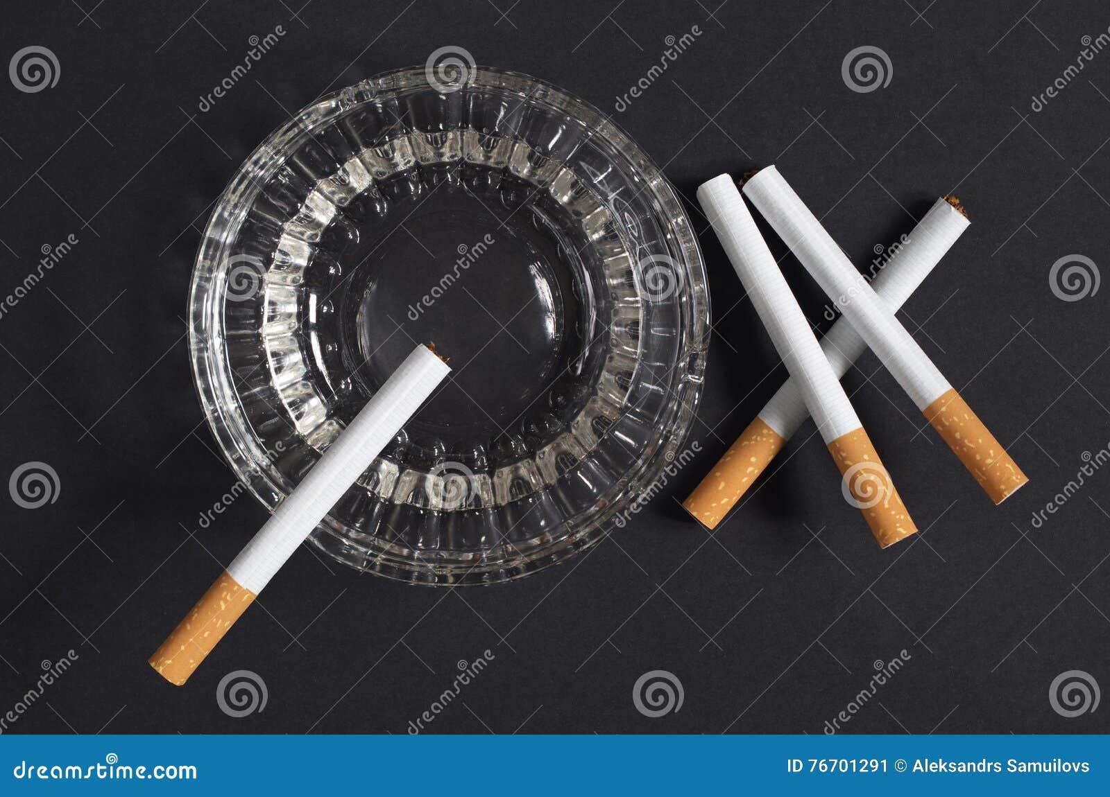 Cigaretter och askfat